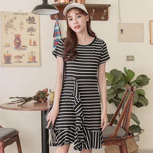 YOCO-鄰家女孩條紋荷葉層次裙襬飄逸洋裝