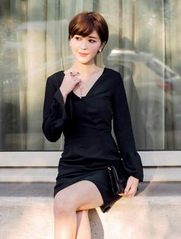 安琪聯名香榭巴黎V領喇叭袖洋裝-黑