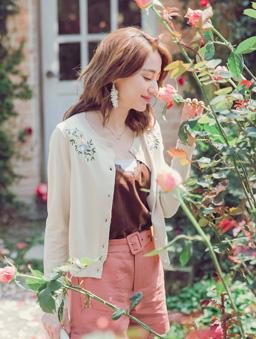 YOCO-優雅姐姐花朵刺繡珍珠釦多色針織外套-杏