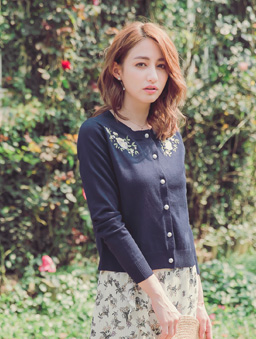 YOCO-優雅姐姐花朵刺繡珍珠釦多色針織外套-深藍