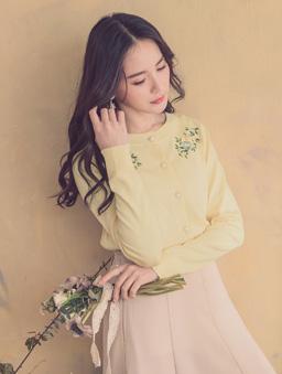 YOCO-優雅姐姐花朵刺繡珍珠釦多色針織外套-鵝黃