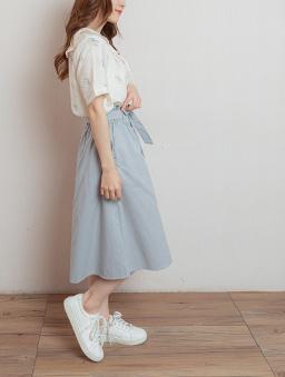 自然女孩腰鬆緊附綁帶假排釦中長裙-藍灰