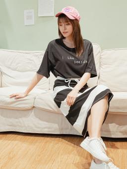 MIT夏日怡人圓領英文燙印寬鬆上衣-黑