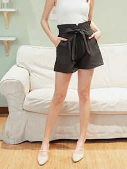 時尚重點多色高腰後鬆緊附綁帶花苞短褲-黑
