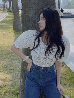 優雅韓妞V領鏤空鉤花公主袖上衣-白色