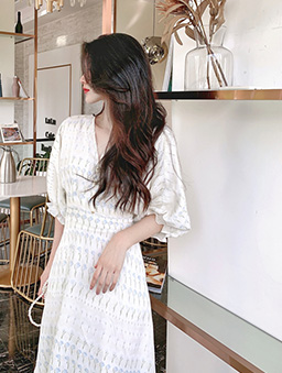 法式浪漫V領珍珠花束泡泡袖洋裝-白色