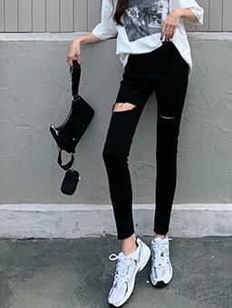 帥氣魅力抓破設計窄管牛仔褲-黑