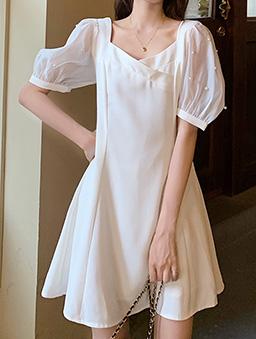 甜美初戀珍珠網紗拼接澎袖收腰洋裝-白色