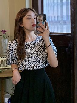 黑白小雛菊泡泡袖上衣-白色